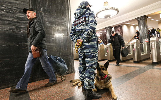 Сотрудники полиции в московском метро