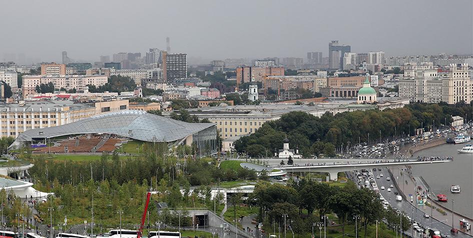 Вид на парк «Зарядье» и Парящий мост с колокольни Ивана Великого