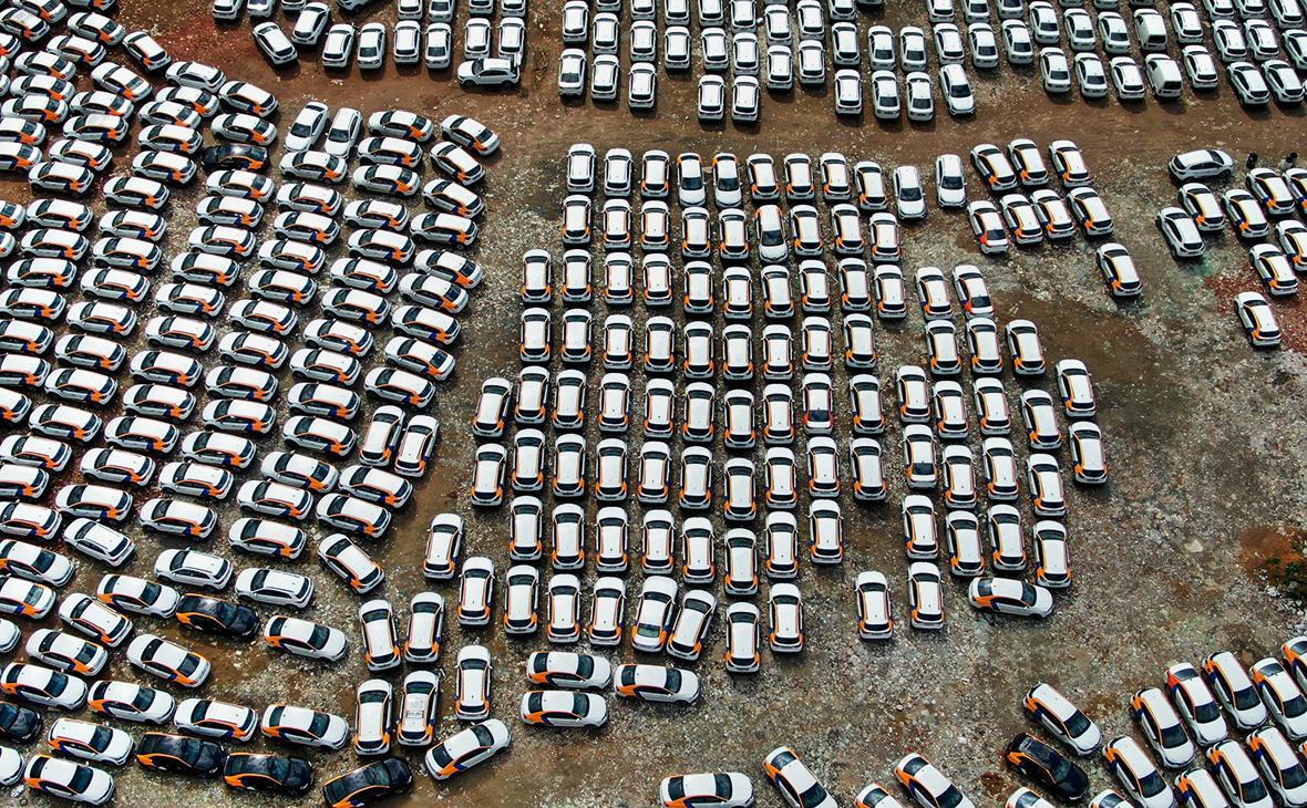 Автомобили службы каршеринга на стоянке в поселении Московский в ТиНАО