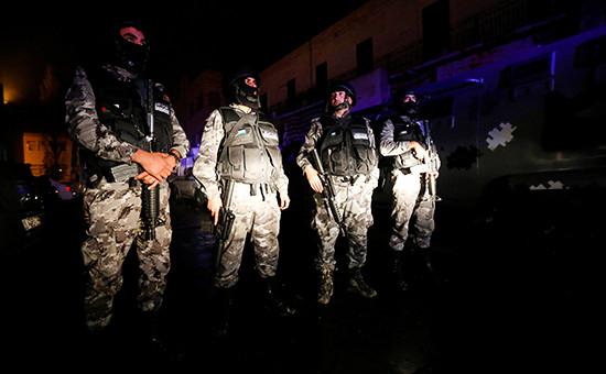Сотрудники полиции Иордании возлекрепости в городе Эль-Карак. 18 декабря 2016 года
