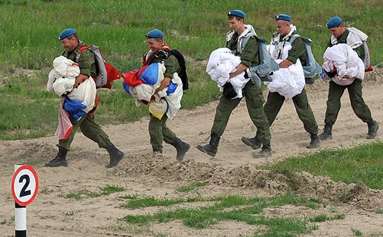 Десантники во время соревнований по полевой выучке среди десантно-штурмовых подразделений ВДВ РФ