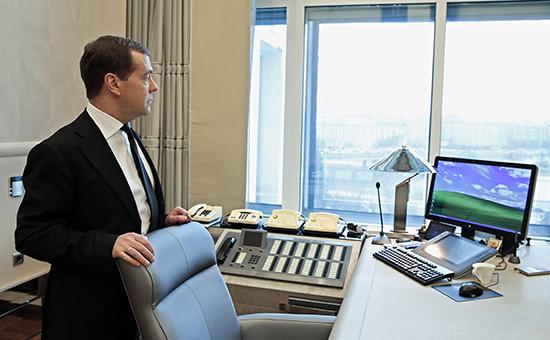 Премьер-министр РФ Дмитрий Медведев врабочем кабинете. Архивное фото