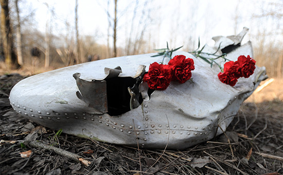 Цветы на месте крушения самолета Ту-154, на борту которого находились 96 человек, в том числе президент Польши Лех Качиньский с супругой. 11 апреля 2010 года