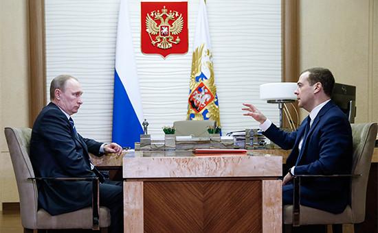 Президент России Владимир Путин и премьер-министр РФ Дмитрий Медведев (слева направо) во время встречи в резиденции Ново-Огарево