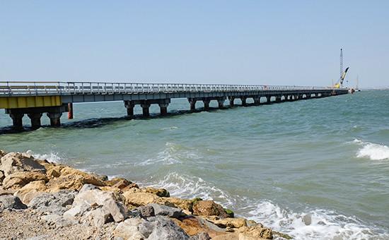 Установка временного моста для технических нужд перед началом строительства Керченского моста в окрестностях порта Тамань, август 2015 года