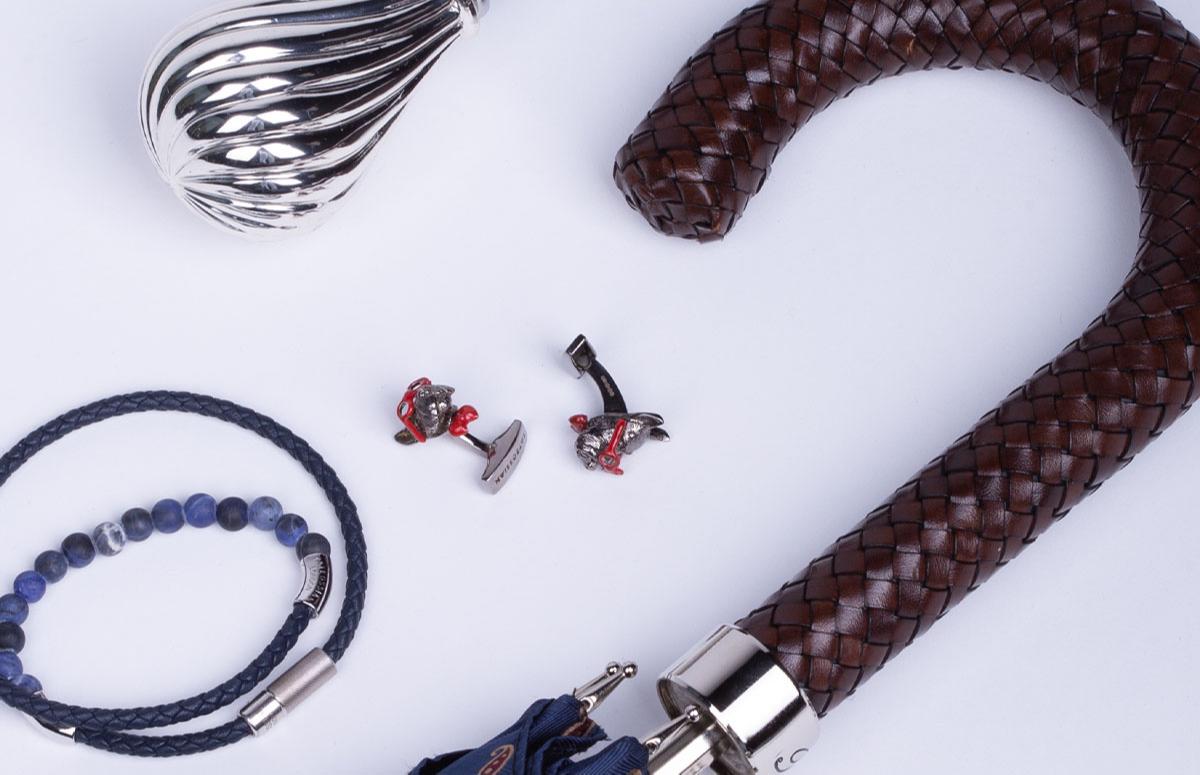 Запонки, браслет Tateossian; зонт, рожок для обуви Pasotti — все бутик Frame Moscow
