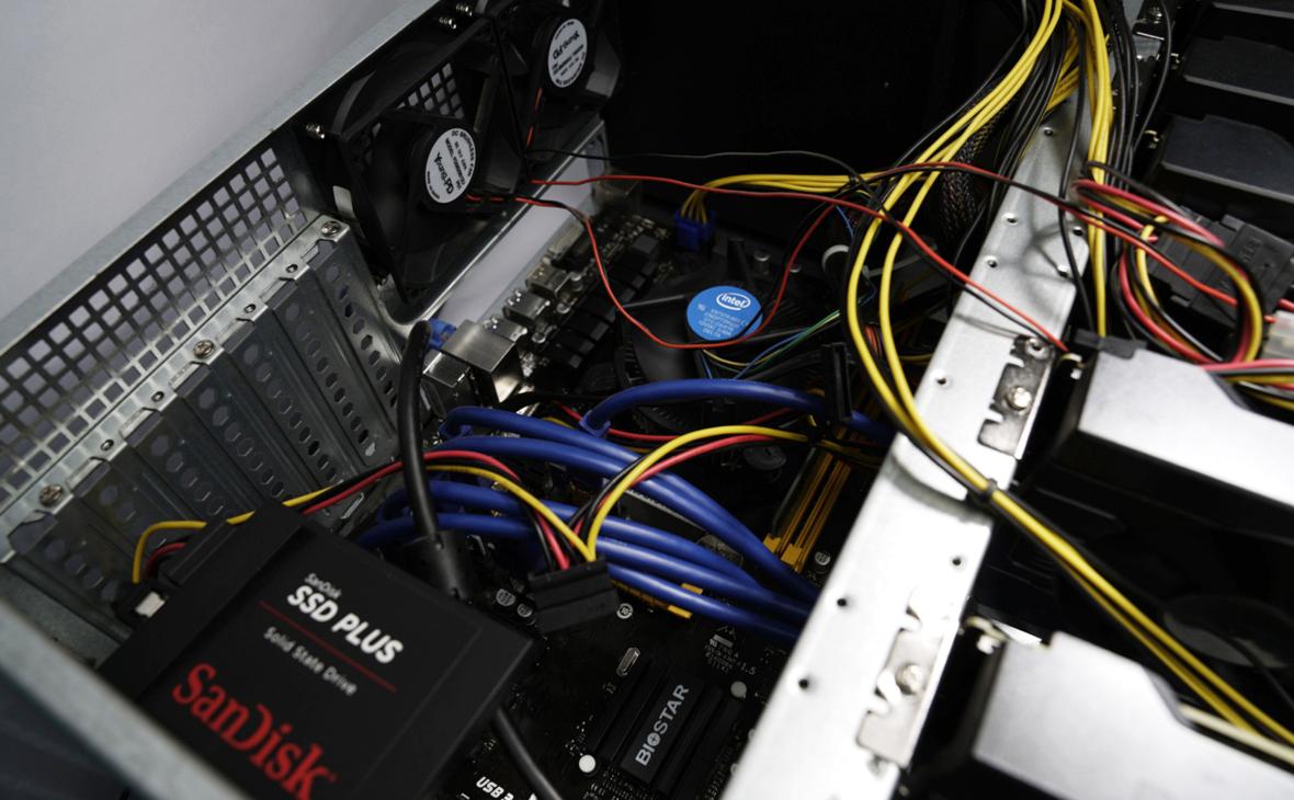 Внутренний твердотельный накопитель (SSD) (слева внизу)