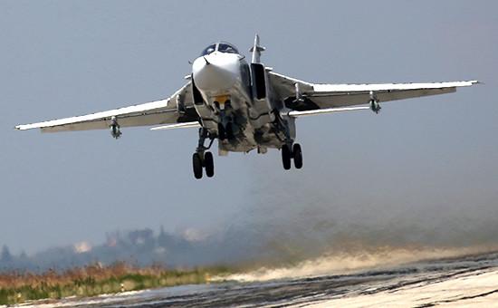 Российский фронтовой бомбардировщик Су-24 над аэродромом Хмеймим