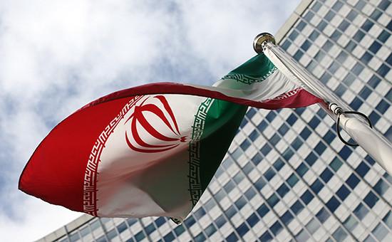 Иранский флаг на фоне здания ООН