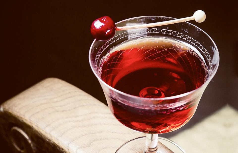 Коктейль Rum Dandy (выдержанный ром, хинное вино, вишневая вода и капля шоколадной горечи)