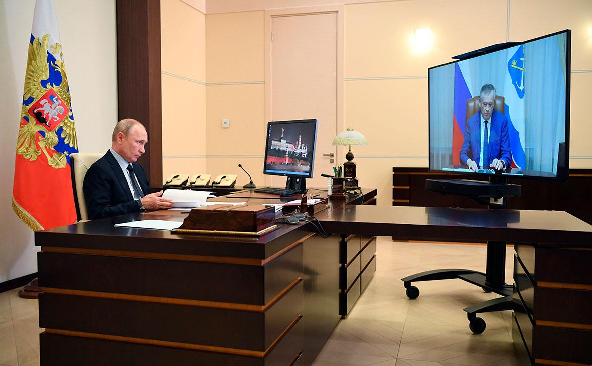 Владимир Путин во время встречи в режиме видеоконференции с Александром Дрозденко