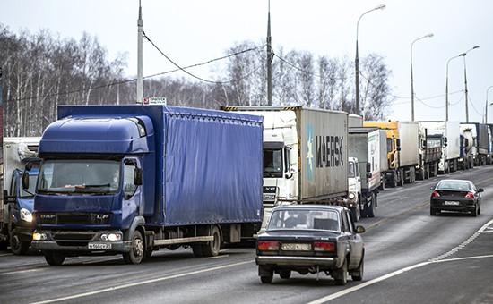 Одна из колон дальнобойщиков в 30-ти км к югу от Москвы