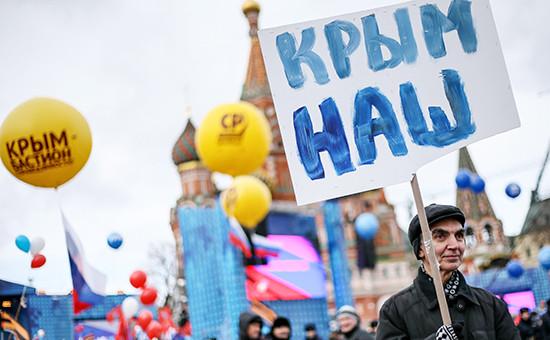 Участник митинга-концерта «Мы вместе», посвященного годовщине воссоединения Крыма сРоссией, наВасильевском спуске