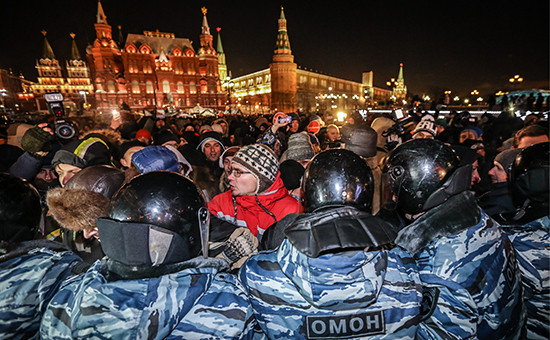 Сотрудники ОМОНа и участники несанкционированной акции в поддержку братьев Олега и Алексея Навальных на Манежной площади