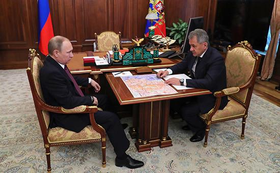 Президент России Владимир Путин иминистр обороны РФ Сергей Шойгу (слева направо) вовремя встречи вКремле