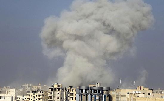 Дым после авиаудара по сирийскому городу Ракка. Архивное фото