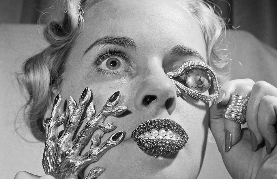 Мэйдел Хегелер демонстрирует необычно яркие ювелирные изделия Сальвадора Дали, Нью-Йорк, 1959 год