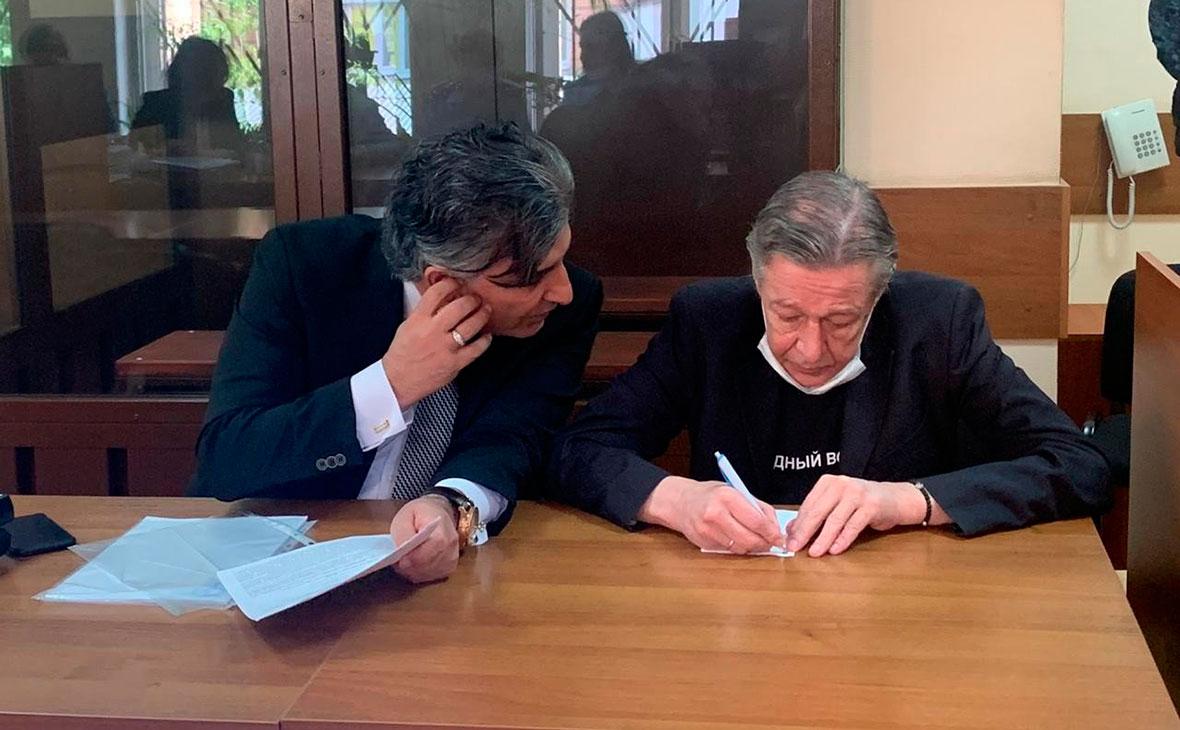 Михаил Ефремов с адвокатом в зале Пресненского районного суда перед заседанием по делу о смертельном ДТП