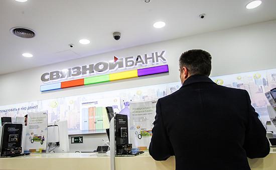 Посетитель в отделении Связного банка