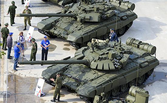 Посетители навыставке вооружений вовремя открытия Международного военно-технического форума «Армия-2015»
