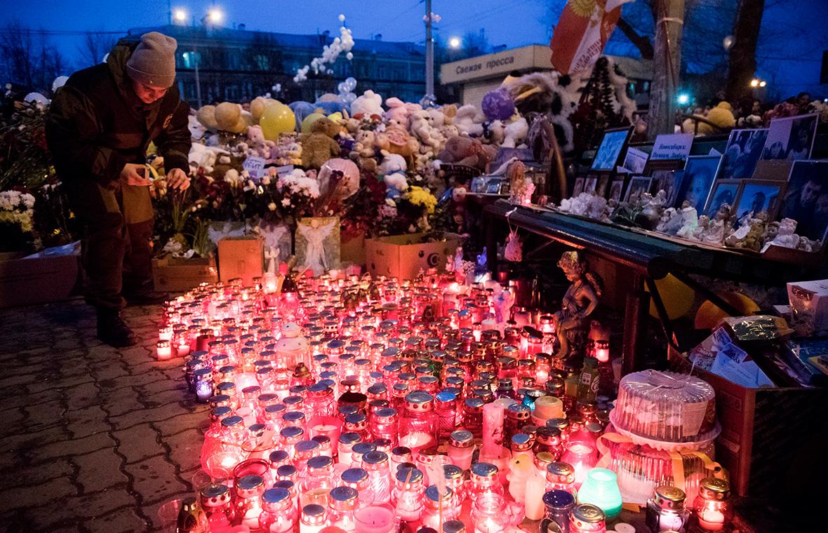 Цветы и свечи возлеТЦ «Зимняя вишня».27 марта 2018 года