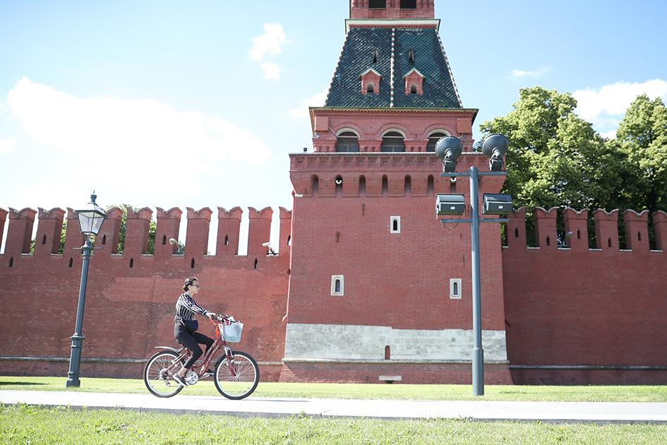 Велосипедистка у стены Московского Кремля.