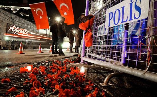 Цветы у входа вночной клуб вСтамбуле, гдепроизошло вооруженное нападение