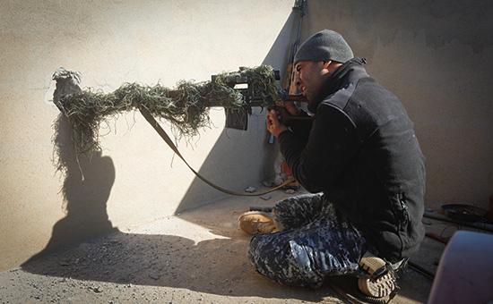 Снайпер армии Ирака набоевой позиции вАльбу-Саиф, юг Мосула