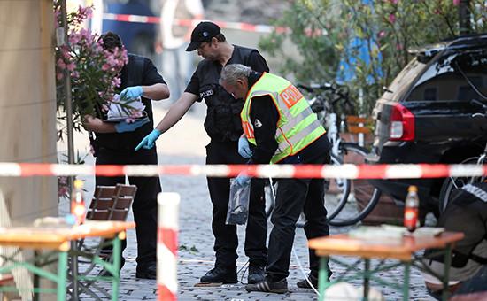 Сотрудники полиции наместе самоподрыва 27-летнего сирийского беженца ввинном баре вАнсбахе