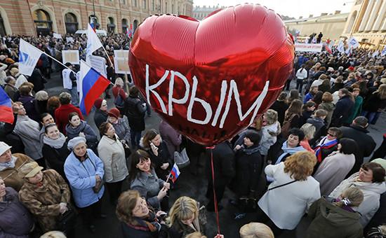Участники митинга-концерта «Мы вместе», посвященного годовщине присоединения Крыма кРоссии