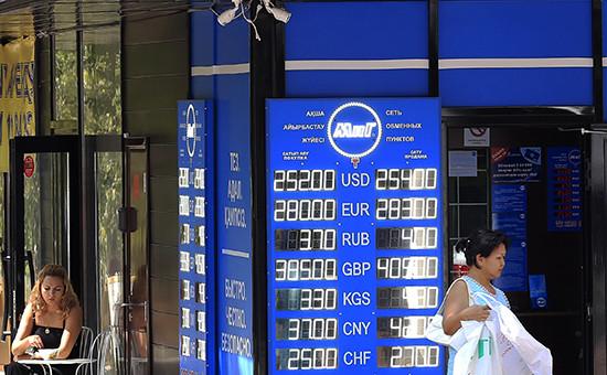 Информационное табло скурсом валют у одного изобменных пунктов Алма-Аты. 20 августа 2015 года