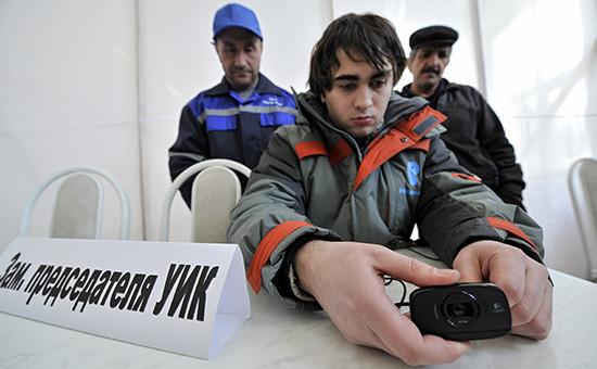 Сотрудники «Ростелекома» устанавливают систему видеонаблюдения наодном изучастков входе кампании повыбору президента РФ2012г.