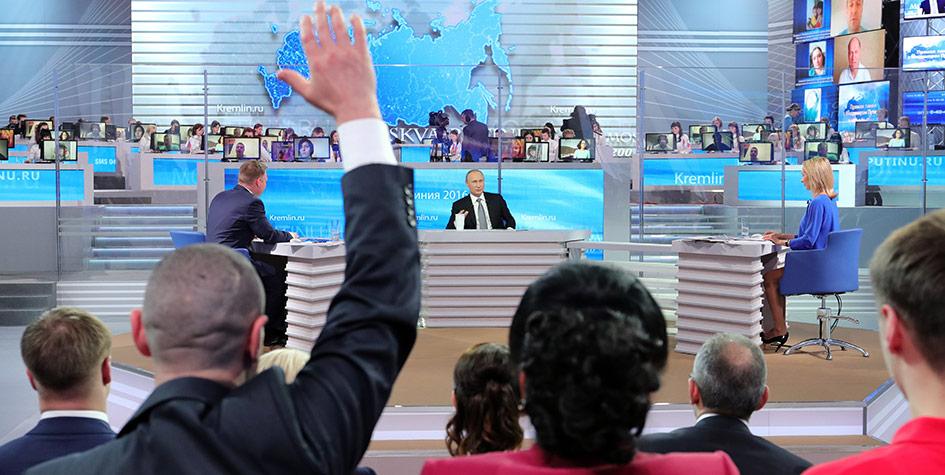 Президент РФ Владимир Путин вовремя ежегодной специальной программы «Прямая линия сВладимиром Путиным» вГостином дворе в2016 году