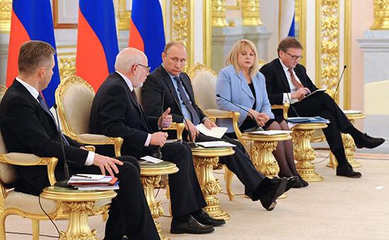 Президент России Владимир Путин (в центре) на встрече с членами Совета при президенте по развитию гражданского общества и правам человека, федеральными и региональными омбудсменами