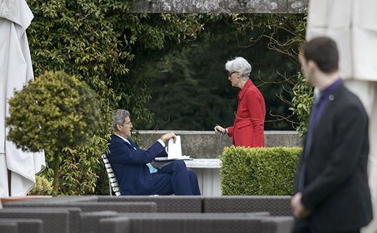 Госсекретарь США Джон Керри (в центре)  в перерыве между переговорами по ядерной программе Ирана, 2 апреля 2015 года