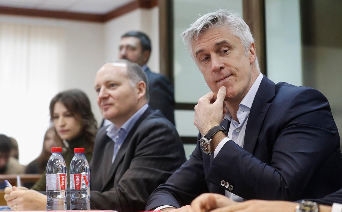 Майкл Калви (справа)
