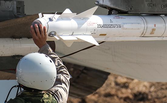 Российская ракета Р-73 подкрылом истребителя Су-30СМ наавиабазе Хмеймим, 2015 год