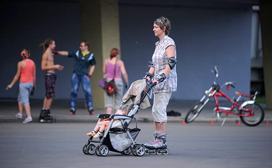 Мать сребенком вовремя прогулки