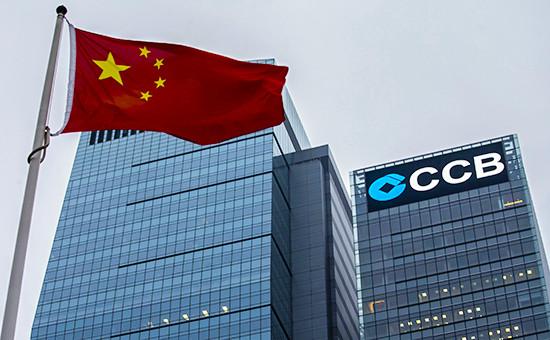 Флаг Китая на фоне здания China Construction Bank