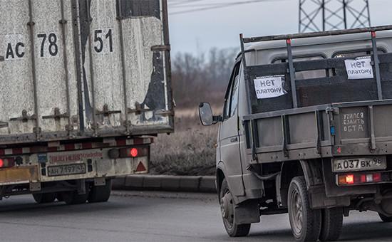 Во время акции «Улитка» наСофийской улице Санкт-Петербурга, которую организовали водители грузовых машин взнак протеста противвзимания сборов сфур запроезд пофедеральным трассам