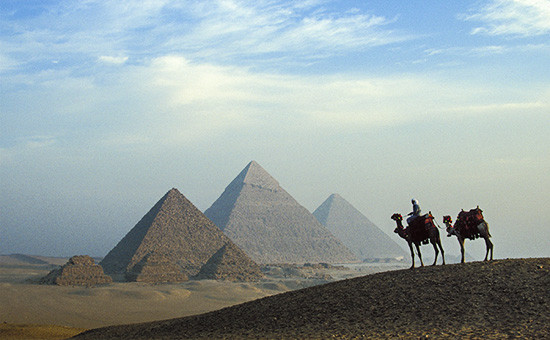 Вид на комплекс пирамид в Гизе в пригороде Каира, Египет. Архивное фото