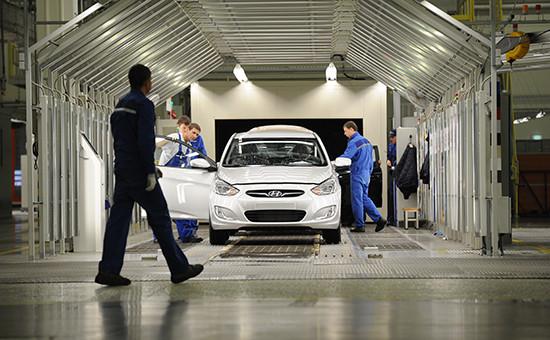 Автомобиль Hyundai Solaris в сборочном цехе завода по производству автомобилей