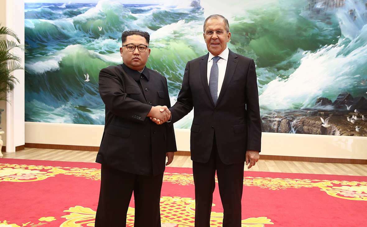 Ким Чен Ын и Сергей Лавров (слева направо)