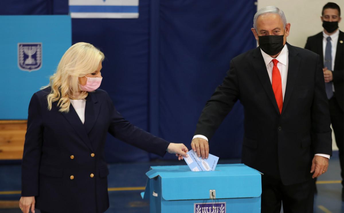 Биньямин Нетаньяху и его жена Сара на избирательном участке в Иерусалиме