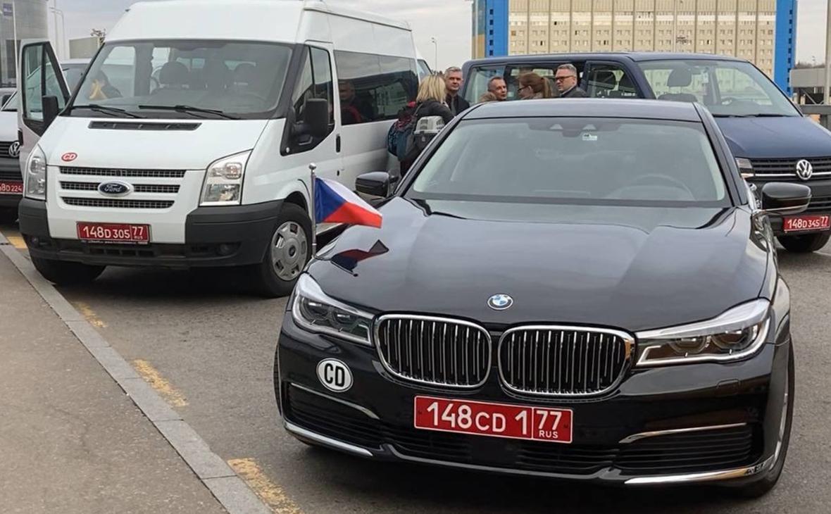Автомобили с дипломатическими номерами, доставившие сотрудников посольства Чехии в РФ с семьями в аэропорт Шереметьево