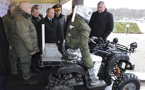 Президент России Владимир Путин (в центре) и вице-премьер РФ Дмитрий Рогозин (справа) во время посещения Центрального научно-исследовательского института точного машиностроения в Климовске.