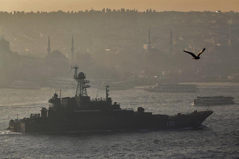 БДК «Королев» проходит через пролив Босфор, Стамбул, Турция. 23 декабря 2015 года