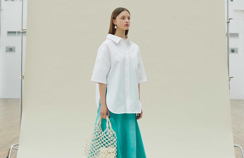 Блуза Balenciaga 49 250 руб., юбка Kenzo 29 450 руб., сумка Stella McCartney 57 450 руб., серьги Chloé 26 400 руб.