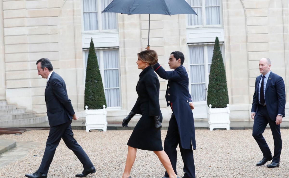 Жена Трампа Мелания под парижским дождем