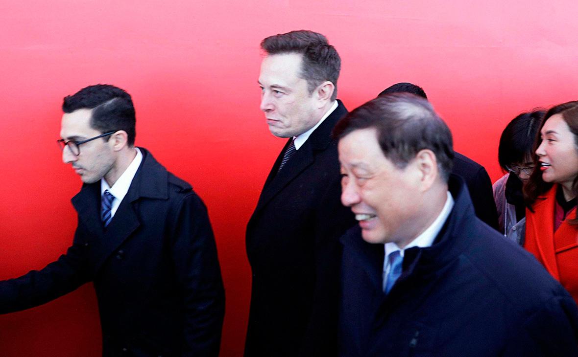Илон Маск (в центре) и мэр Шанхая Йонг Ин (справа)